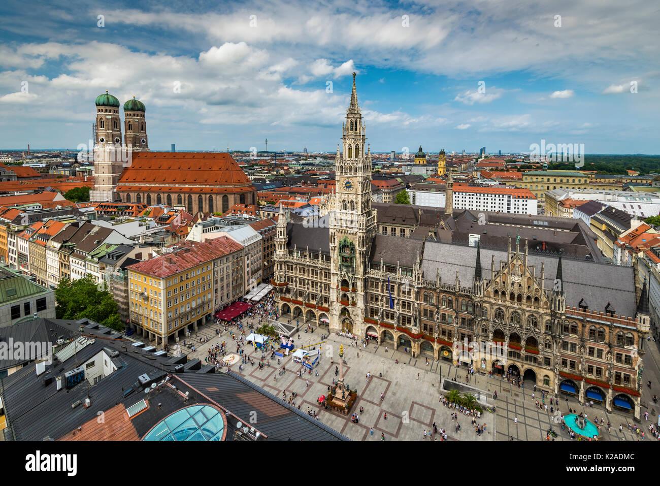 Sur les toits de la ville avec la cathédrale Frauenkirche et nouvel hôtel de ville ou Neues Rathaus, Munich, Bavière, Allemagne Photo Stock