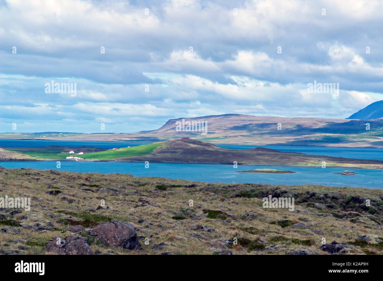 Islande typique matin seascape avec fermes dans un fjord Photo Stock
