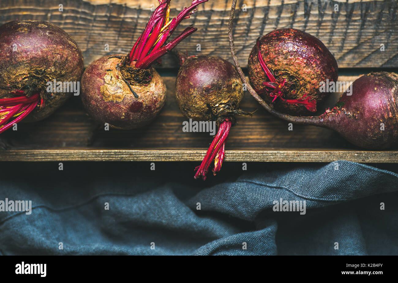 Violet biologiques crus beetroots dans un coffret en bois Photo Stock
