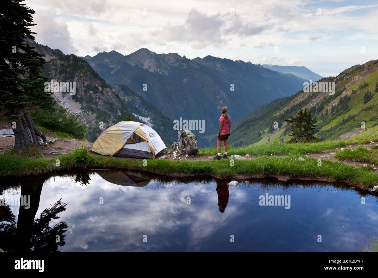Camping reflétée dans l'eau à Boston Charlie's Camp, Bailey, Traverse, Olympic National Park, Washington, USA, août 2014. Photo Stock