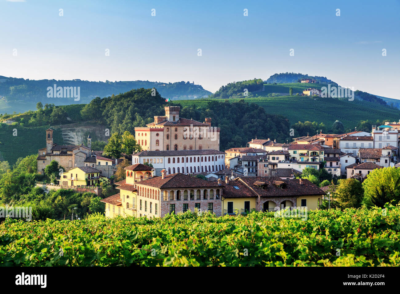 Village de Barbaresco Barolo avec Château, Castello di Barolo, Piémont, Italie Photo Stock