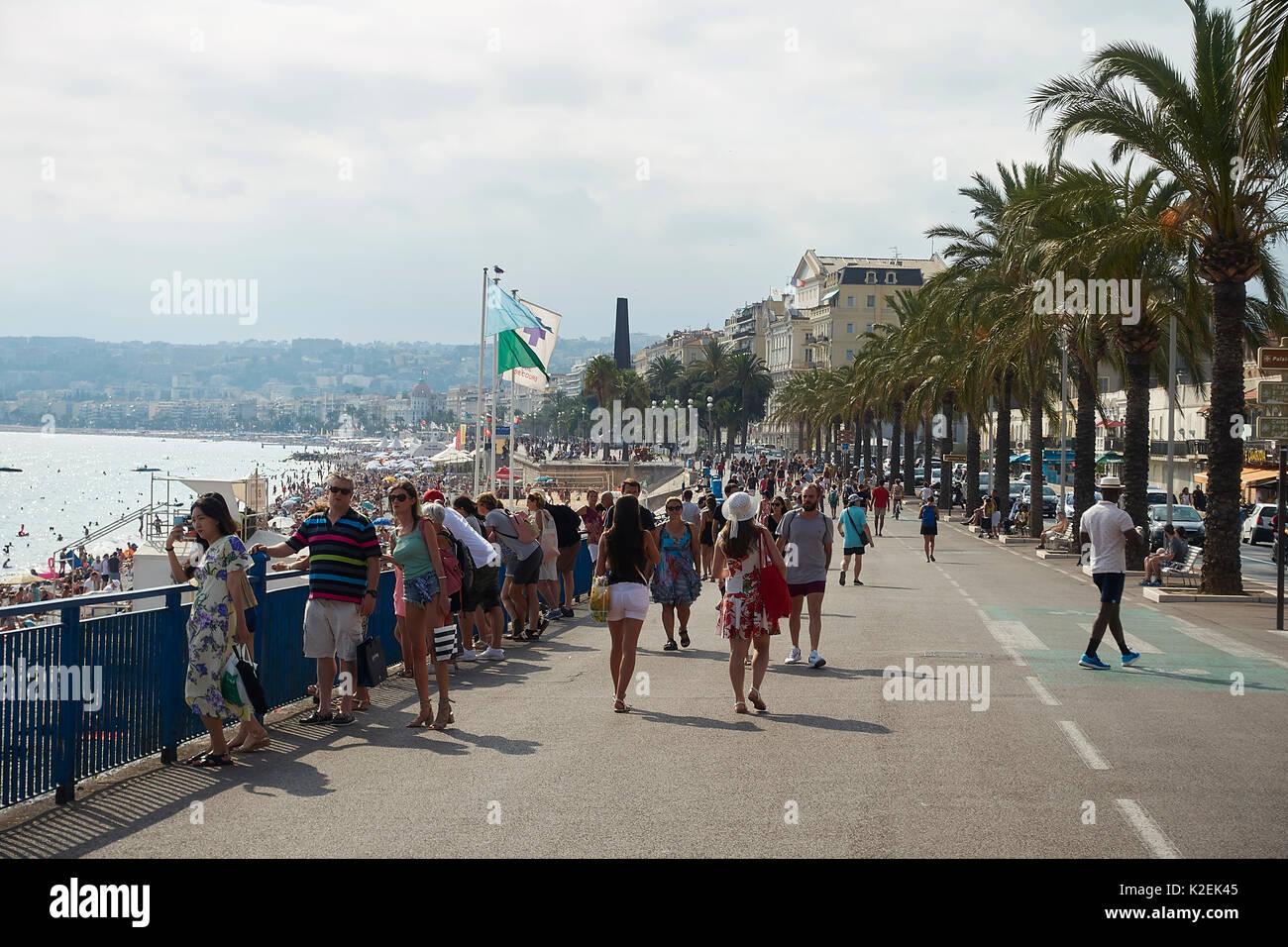 Nice, Côte d'azur, sur la promenade d'anglais des personnes qui se Banque D'Images