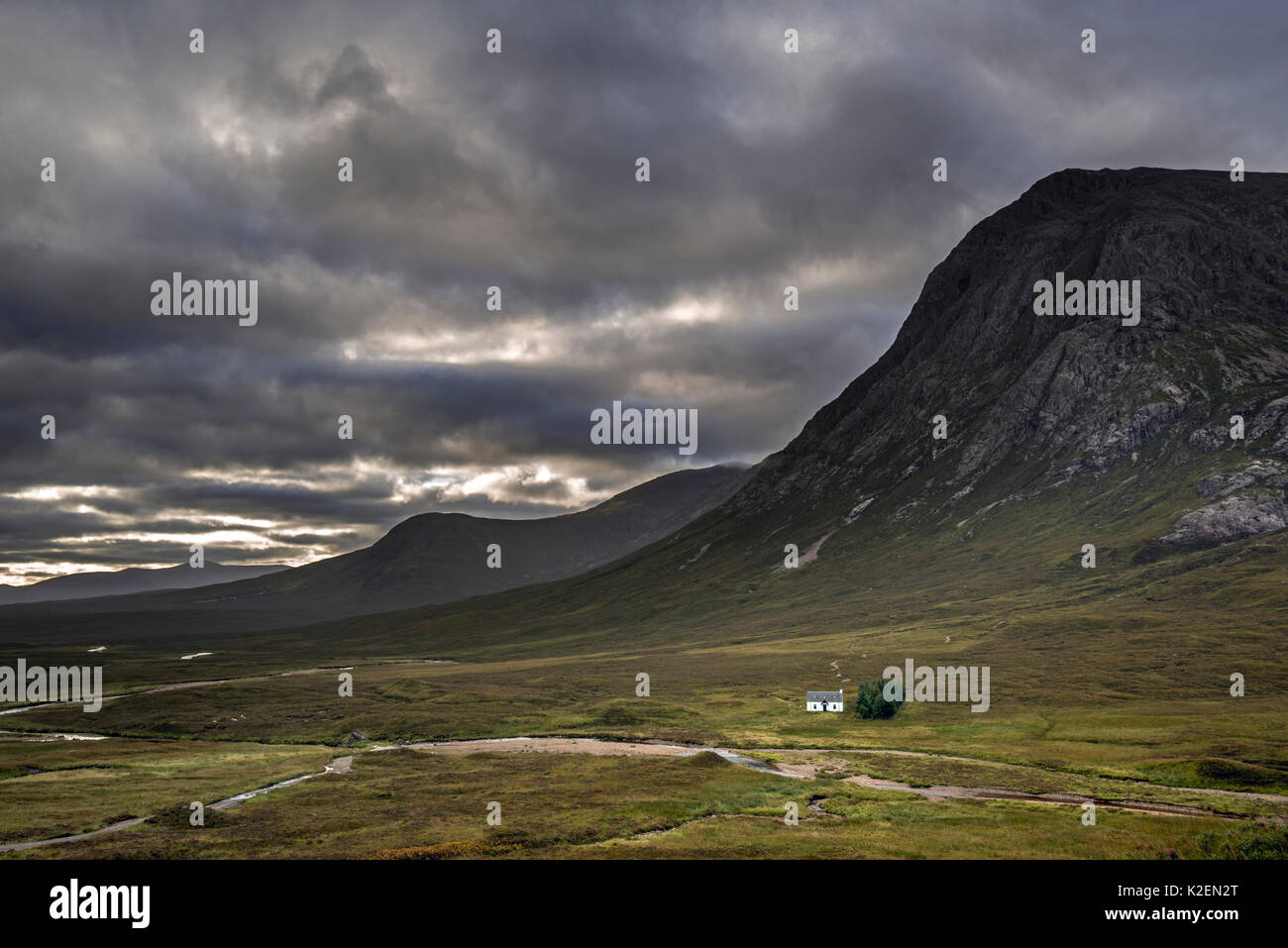 Le Lagangarbh Hut à distance le long de la rivière en face de Coupall Buachaille Etive Mor dans Glen Coe un jour de pluie, les Highlands écossais, Écosse, Royaume-Uni, Septembre 2016 Photo Stock