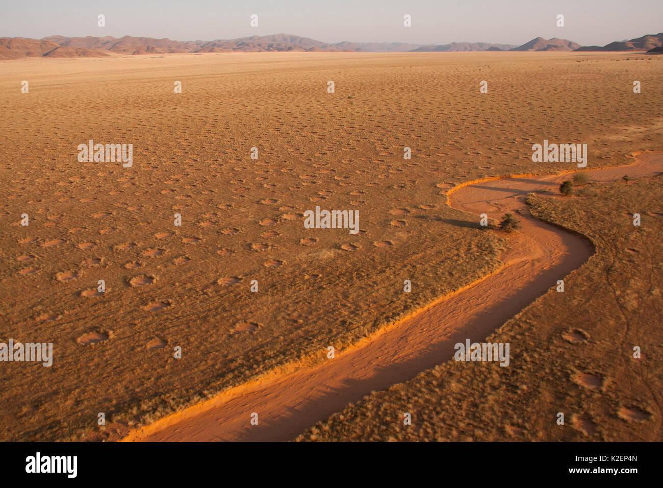 Vue aérienne de cercles de fées, Gerebes Plaine, Namibie, septembre 2011. Photo Stock