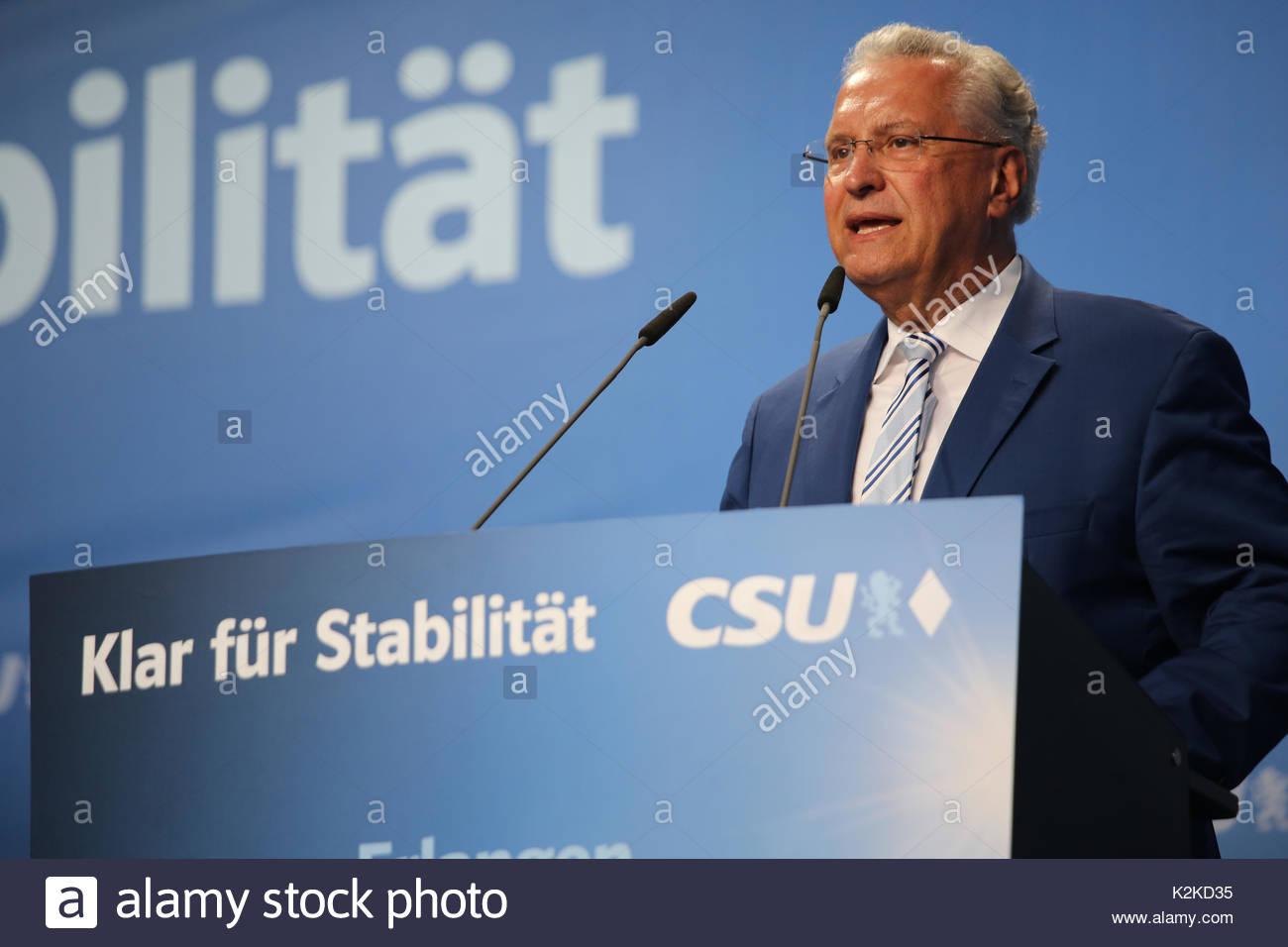 Joachim Herrmann parle à une foule de partisans de la CSU lors d'un événement de campagne à Erlangen en Allemagne. Il est ministre de l'Intérieur dans le gouvernement de Bavière et responsable de la sécurité intérieure. Photo Stock