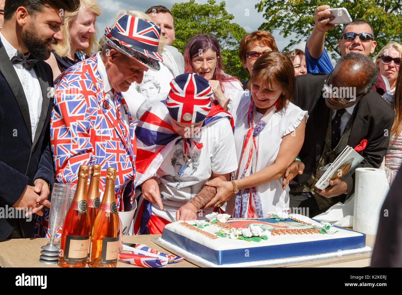 Londres, Royaume-Uni. Août 31, 2017. Superfans Terry Hutt regarde John Loughrey, coupe un gâteau commémoratif à la mémoire de la princesse Diana en face de Kensington Palace à l'occasion du 20ème anniversaire de sa mort. Credit: Amanda rose/Alamy Live News Banque D'Images