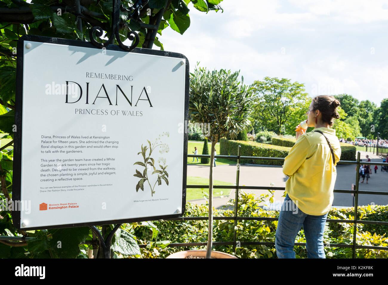Londres, Royaume-Uni. Août 31, 2017. Sympathisants visiter le jardin blanc au palais de Kensington pour commémorer Banque D'Images