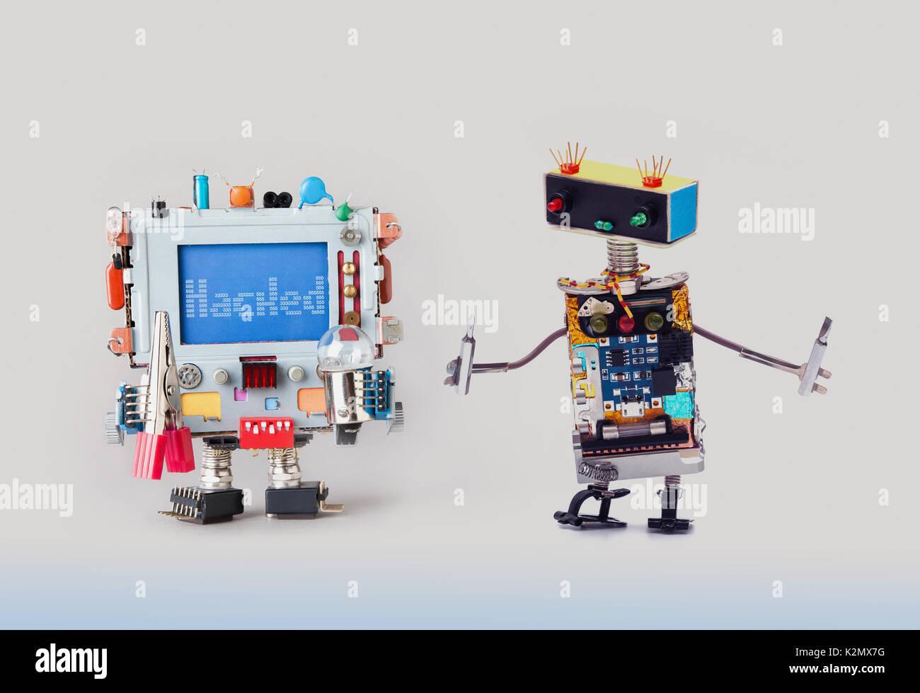 Concept de la cyber-criminalité. Il robot spécialiste militaire avec des tournevis à la couleur à l'ordinateur. Message d'avertissement d'alerte sur l'écran bleu piraté. Gray gradient background Photo Stock