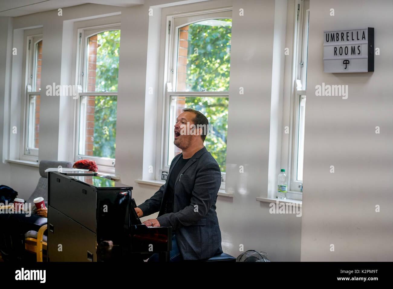 Shaftesbury Avenue, London, England, UK. Août 31, 2017. Les meilleurs jeunes musiciens de Londres prendra part à un boot camp avec des experts de l'industrie de la musique, la préparation des concerts du maire à la concurrence le parapluie chambres studios de musique avant d'aller tête-à-tête lors de la Grande Finale des concerts pendant le week-end. Credit: Voir Li/Alamy Live News Banque D'Images