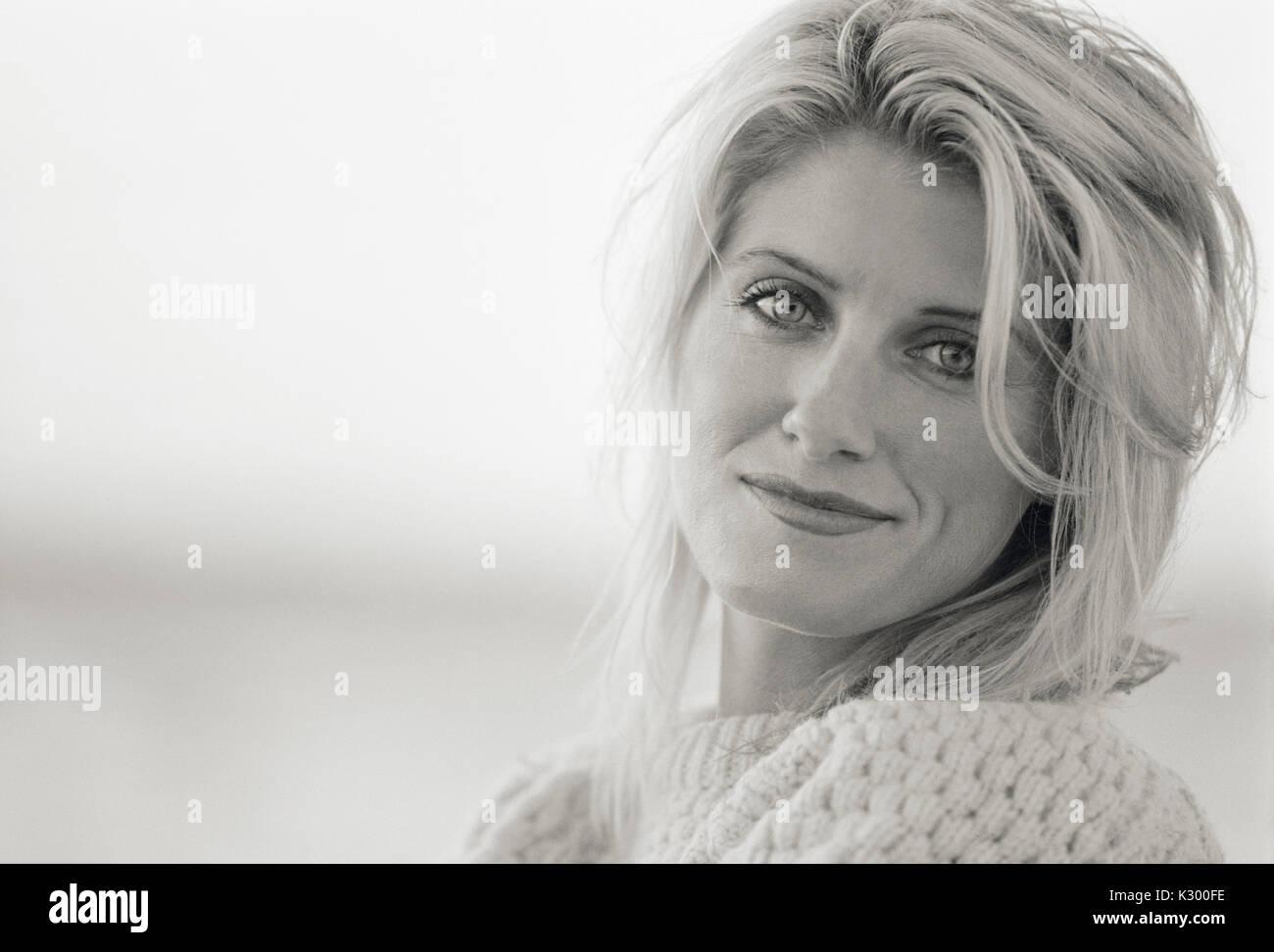 Portrait d'une femme adulte 30s, noir et blanc. Photo Stock