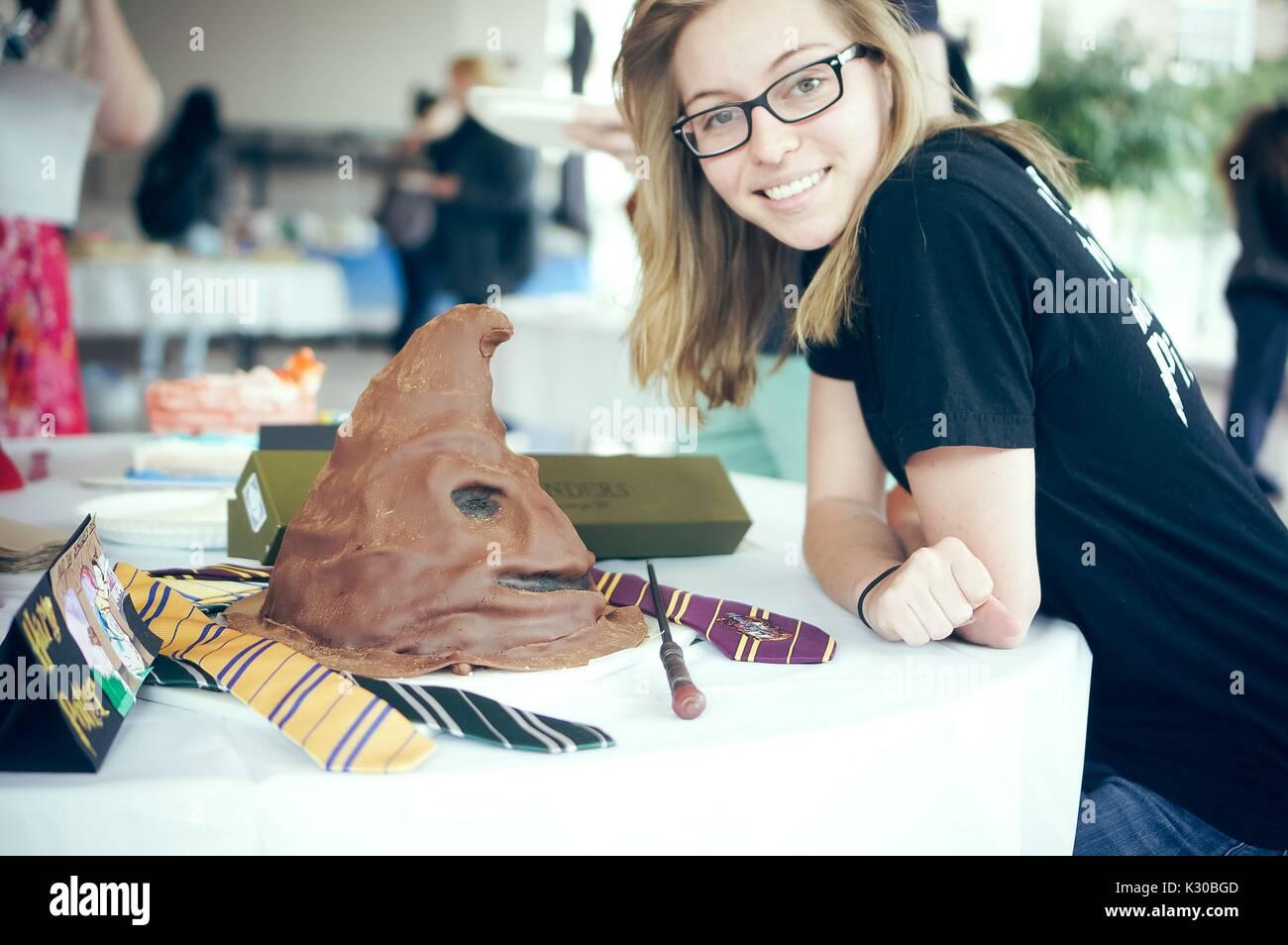 Un étudiant De Premier Cycle Se Distingue Avec Son Gâteau De Harry Potter Au Cours De L