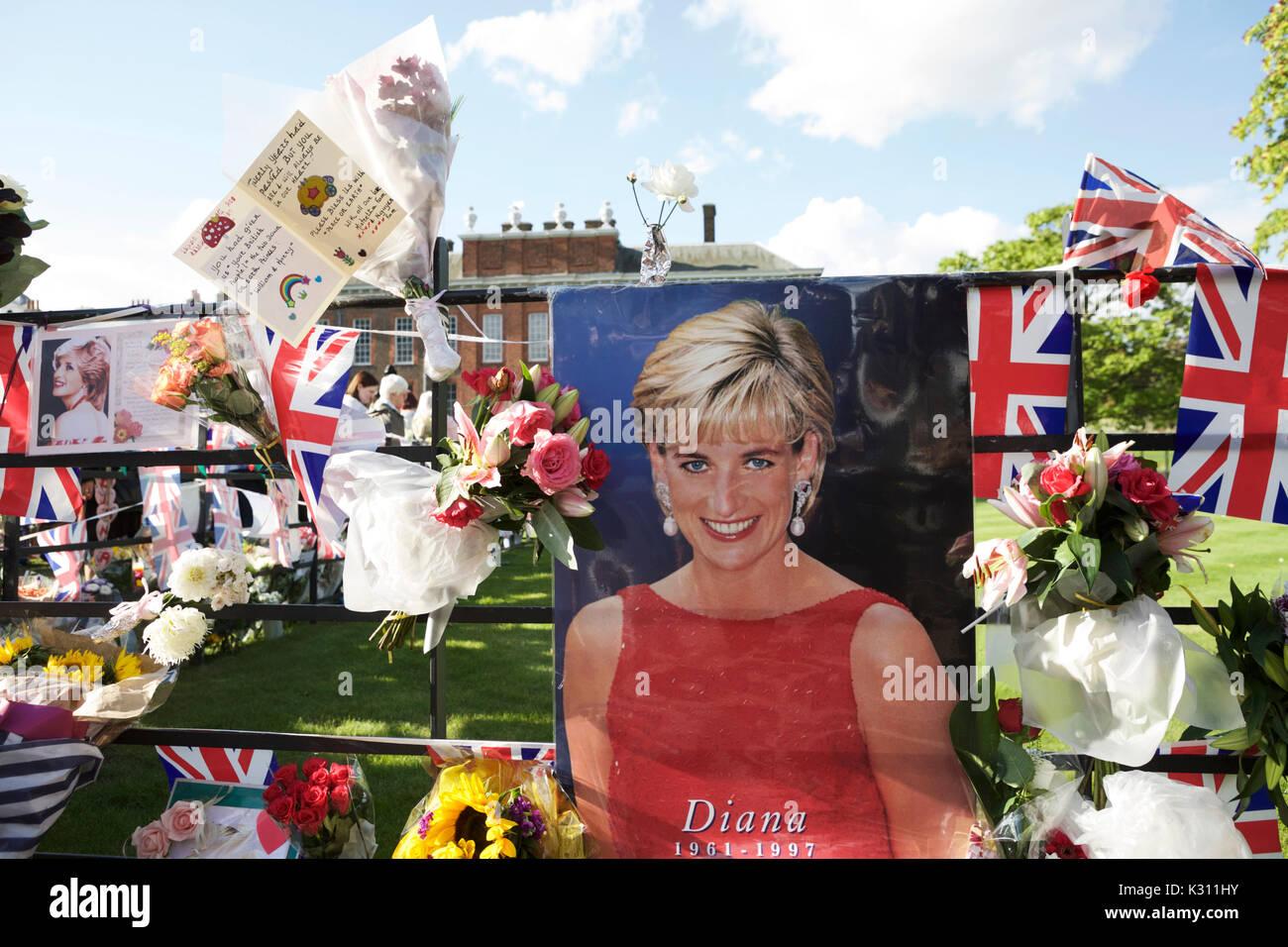 Londres, Royaume-Uni. 31 août 2017. Hommages à la princesse Diana, à l'extérieur des portes de Kensington Palace, à l'occasion du 20ème anniversaire de sa mort. Banque D'Images