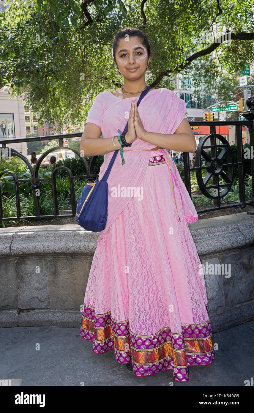 Un portrait d'un joli posé 19 ans jeune femme de l'Angleterre qui est un dévot de Hare Krishna. Dans la région de Union Square Park à Manhattan, New York City Banque D'Images