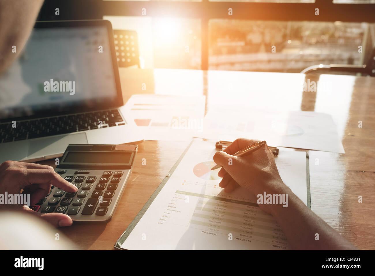 Close up Portrait calculatrice et ordinateur portable pour calaulating finances, impôts, comptabilité, statistiques et analytiques du concept de recherche Photo Stock