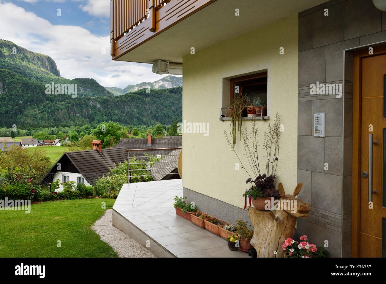 architecture moderne maison alpine en région montagneuse dans la
