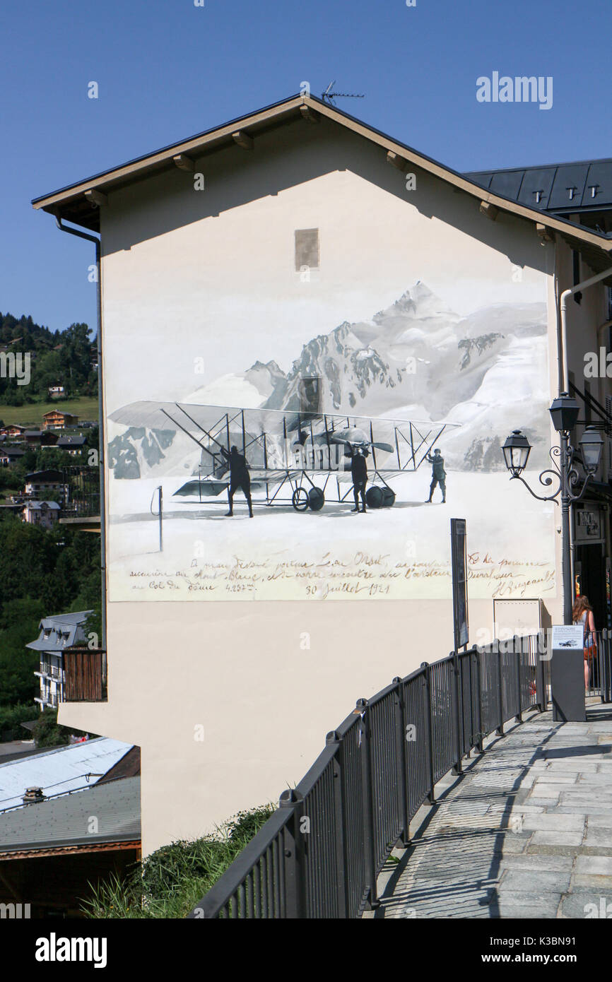 Reproduction d'une vieille carte postale célébrant le premier atterrissage d'un aéronef dans le Mont-Blanc Photo Stock