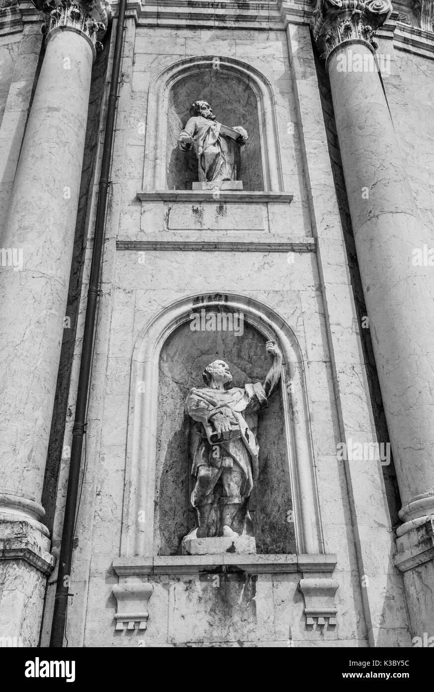 Germany, Bavaria, monastère bénédictin Ettal, des statues à la façade de l'église abbatiale Ettal Photo Stock