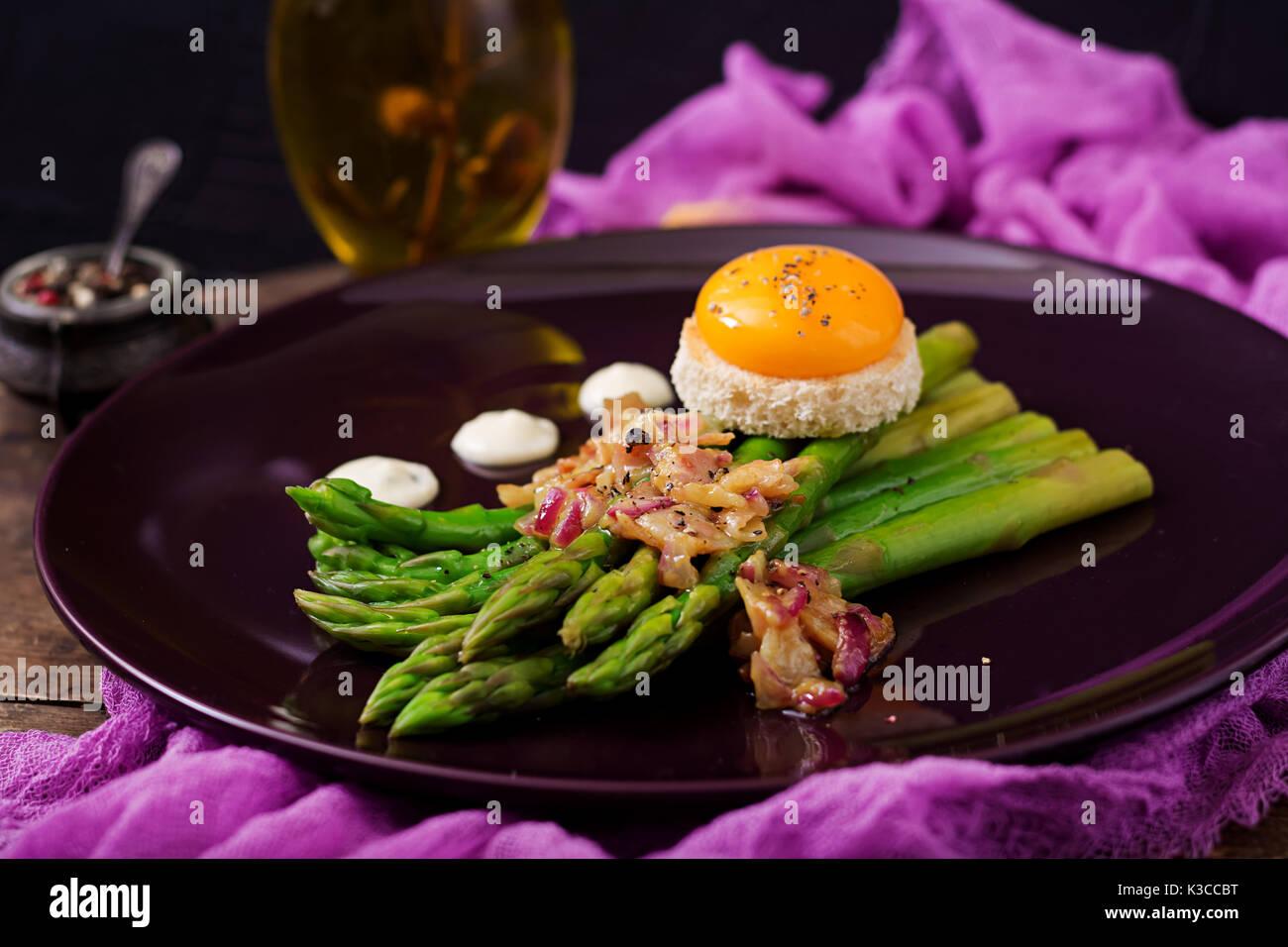Les jeunes pousses d'asperges au jambon de poulet et d'œuf sur toast Photo Stock
