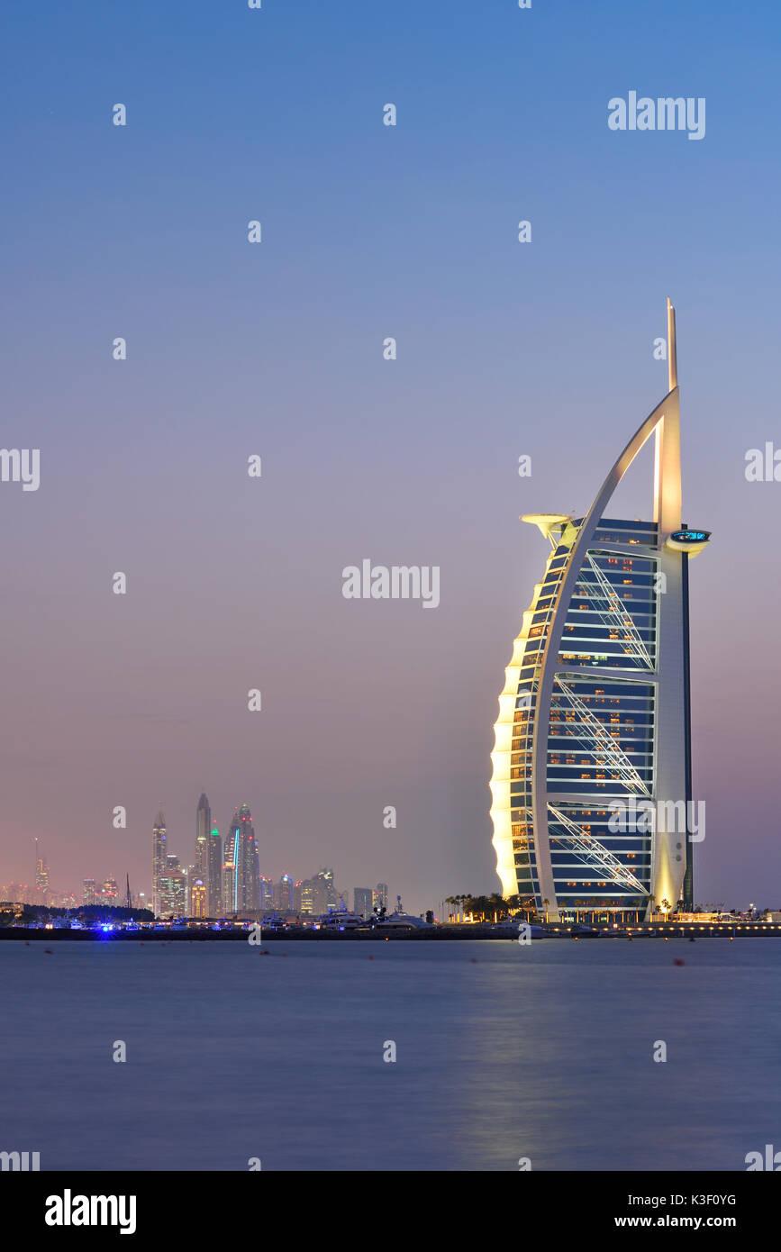 Dubaï, Émirats arabes unis - 10 Oct 2016: l'illuminé Burj Al Arab remarque et marinal, au crépuscule, en vue de Jumeirah Beach, à la sud-ouest. Photo Stock