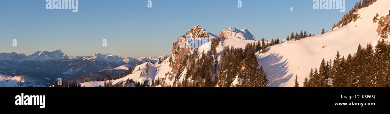 Vue depuis le Idealhang Achselköpfen à montagne Brauneck à et Benediktenwand (montagnes), et en arrière-plan l'éventail Banque D'Images