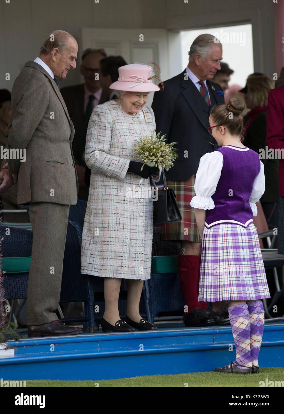 Londres, Royaume-Uni. Sep, 2017 3. La Reine Elizabeth II assiste à la collecte de 2017, un rapport de Braemar traditionnel écossais Highland Games, à Braemar, l'Écosse, le 2 septembre 2017. Source: Xinhua/Alamy Live News Banque D'Images