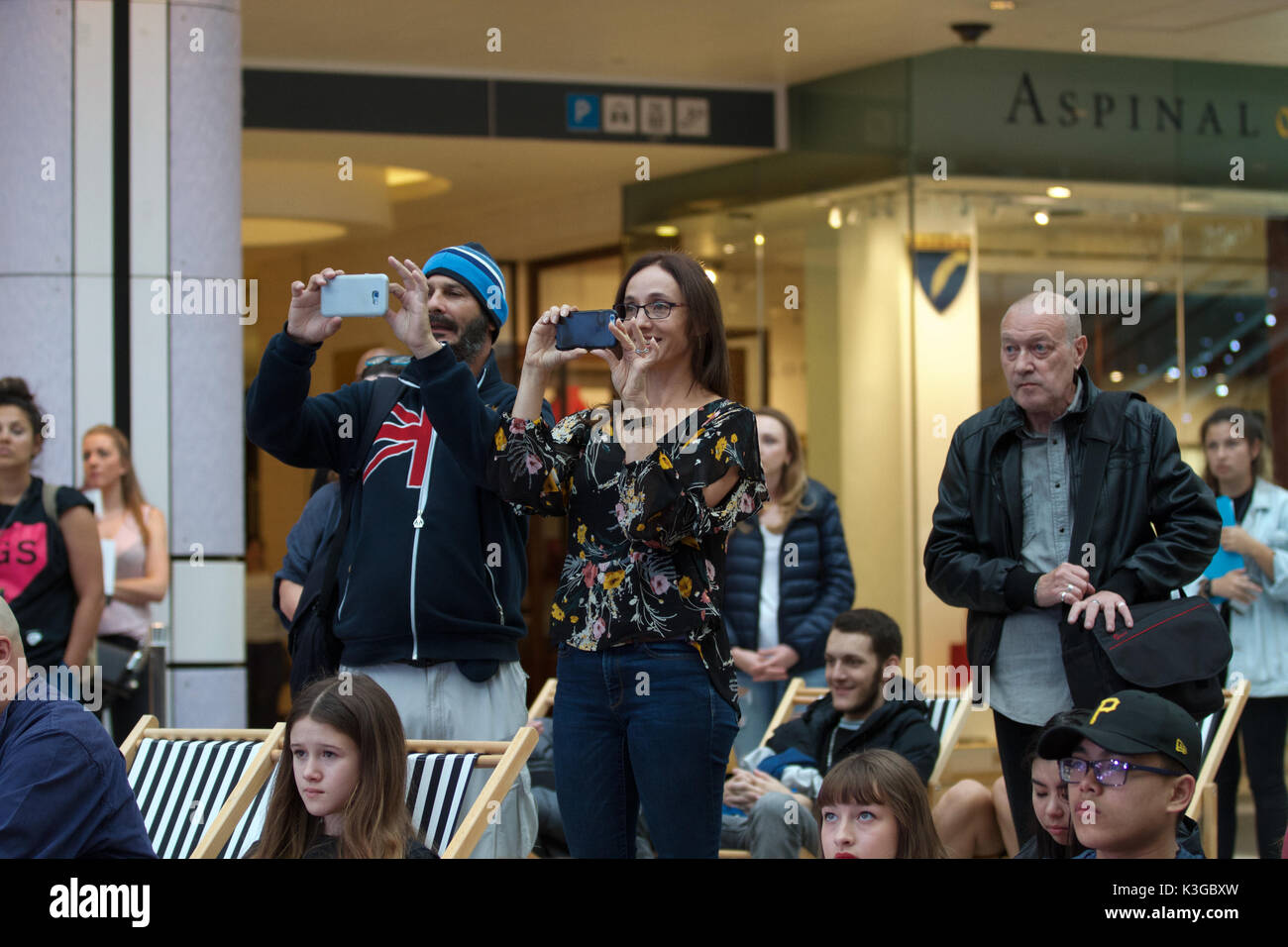 Londres, Royaume-Uni. 3 Septembre, 2017. Les gens prennent des photos avec leurs téléphones portables à la maire de Londres Concerts Grand Final qui a eu lieu à Westfield, bergers Bush, Londres. Douze finalistes il bataille .Concerts est plus qu'un concours. Pour ceux qui restent le cours, une foule de possibilités s'ouvre à eux par une plus large Busk à Londres - programme payé pas cher, les terres privées de la rue avec le potentiel de gains de travail, la gestion de l'événement et de l'industrie l'accès.©Keith Larby/Alamy Live News Banque D'Images