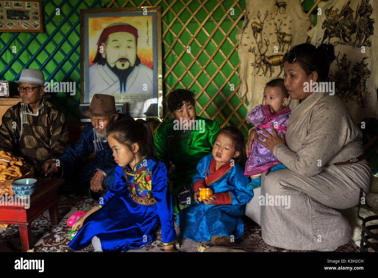 En Mongolie intérieure, Chine - 26 juillet, 2017: Traditionnellement vêtus famille mongole assis dans leur tente (appelé comme yourte). Photo Stock