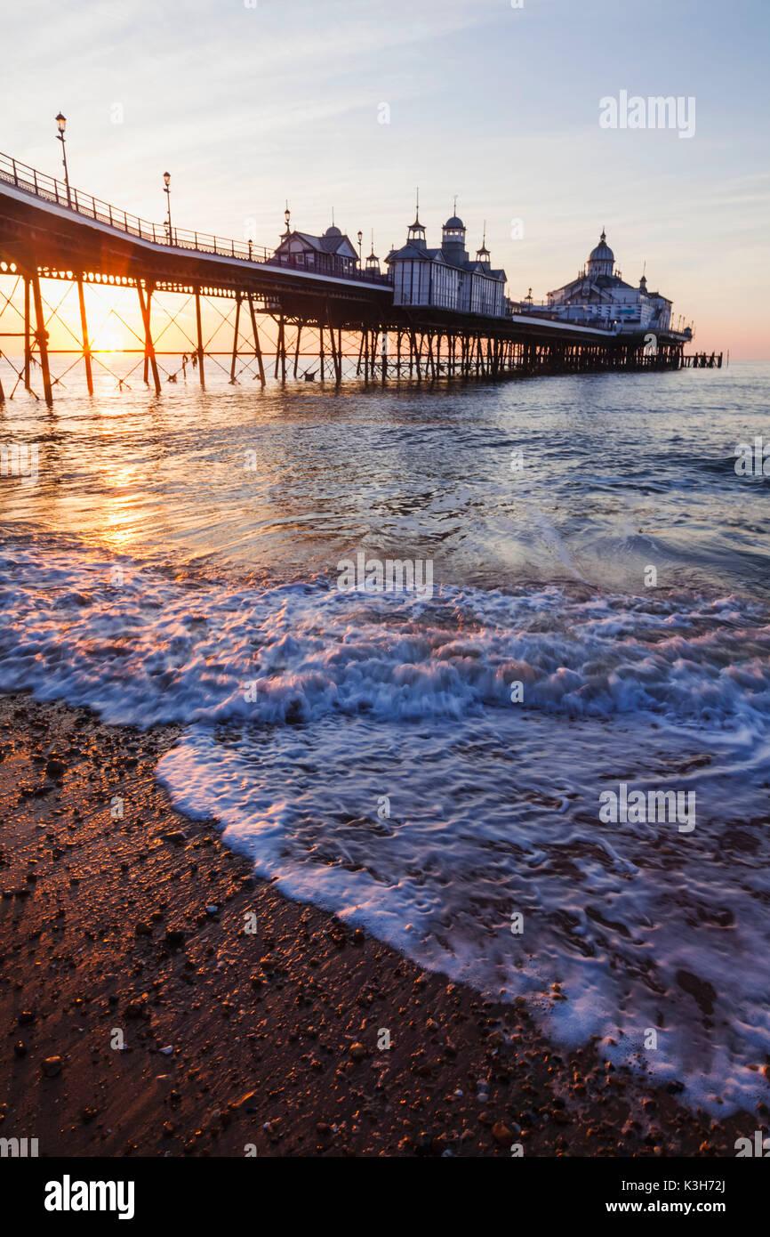 L'Angleterre, l'East Sussex, Eastbourne Eastbourne Pier, à l'aube Photo Stock