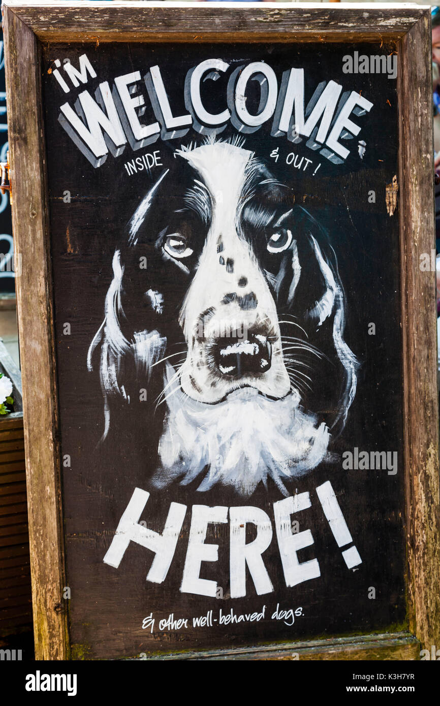 L'Angleterre, Gloucestershire, Cotswolds, Bourton-sur-le-eau, café signer les chiens de bienvenue Photo Stock