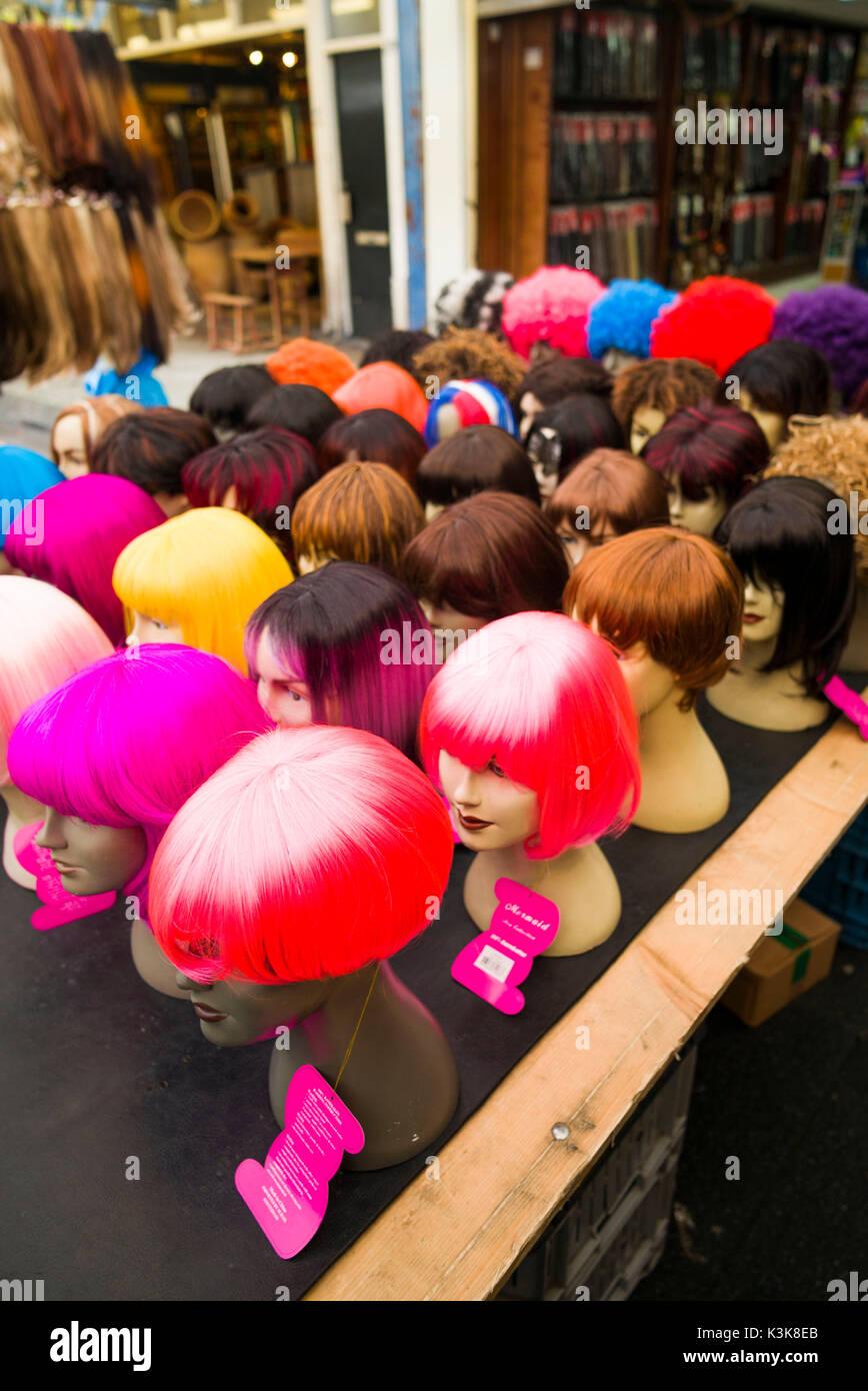 Pays-bas, Amsterdam, Albert Cuypstraat street market, perruques Photo Stock