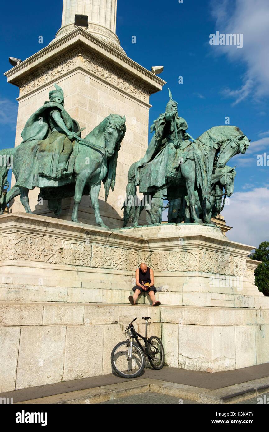 La Hongrie, Budapest, la Place des Héros (Hosok tere), classé au Patrimoine Mondial de l'UNESCO, le Monument du millénaire, la statue équestre du roi Arpad entouré par ses compagnons d'armes Photo Stock