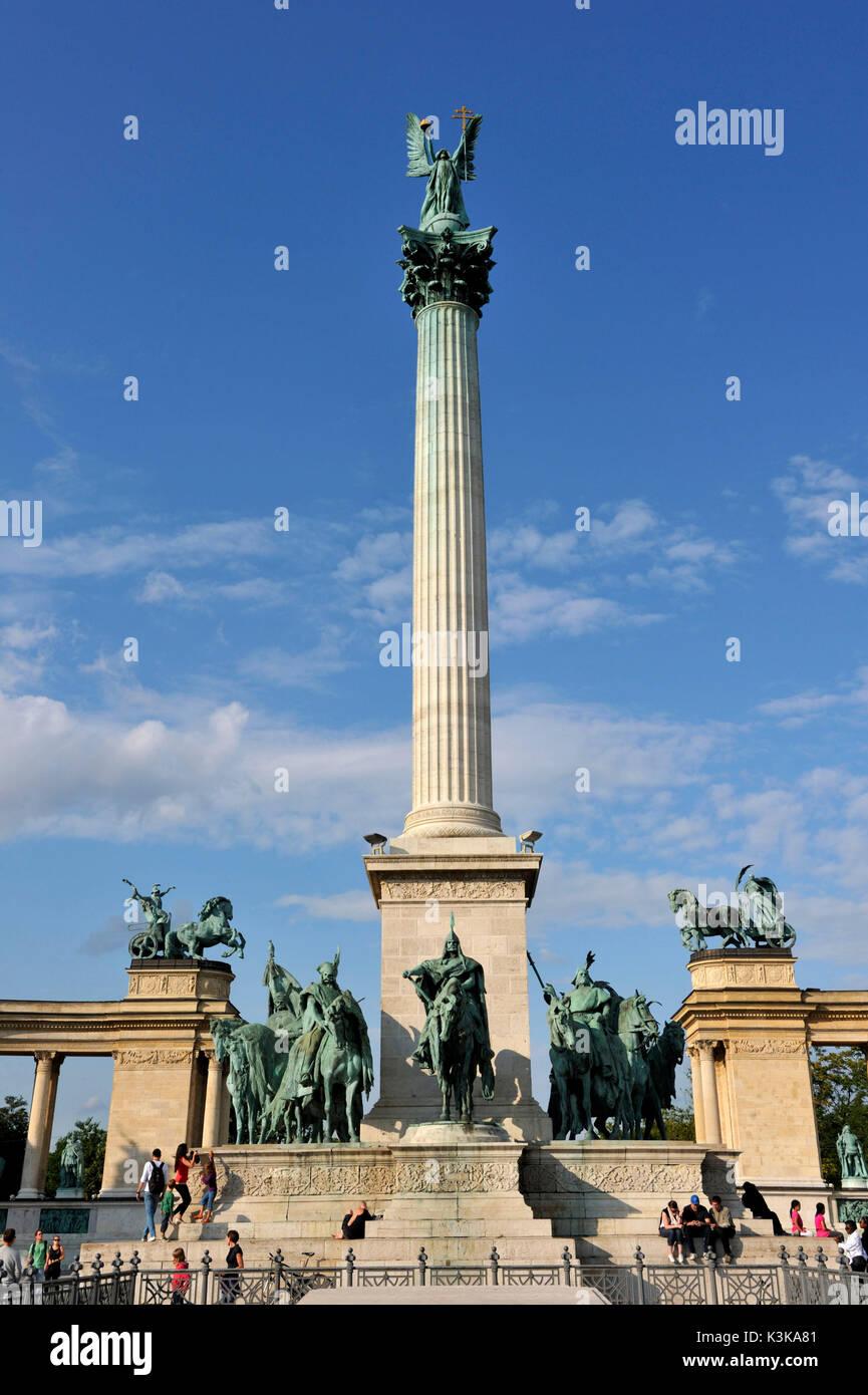 La Hongrie, Budapest, la Place des Héros (Hosok tere), classé au Patrimoine Mondial de l'UNESCO, le Monument du millénaire, la statue équestre du roi Arpad entouré par ses compagnons d'armes et la colonne de 36 mètres de haut avec l'archange Gabriel Photo Stock