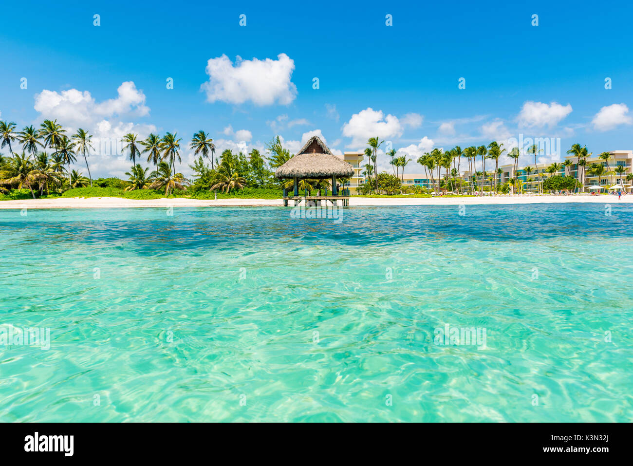 Playa Blanca, Punta Cana, République dominicaine, la mer des Caraïbes. Hutte de chaume sur la plage. Banque D'Images