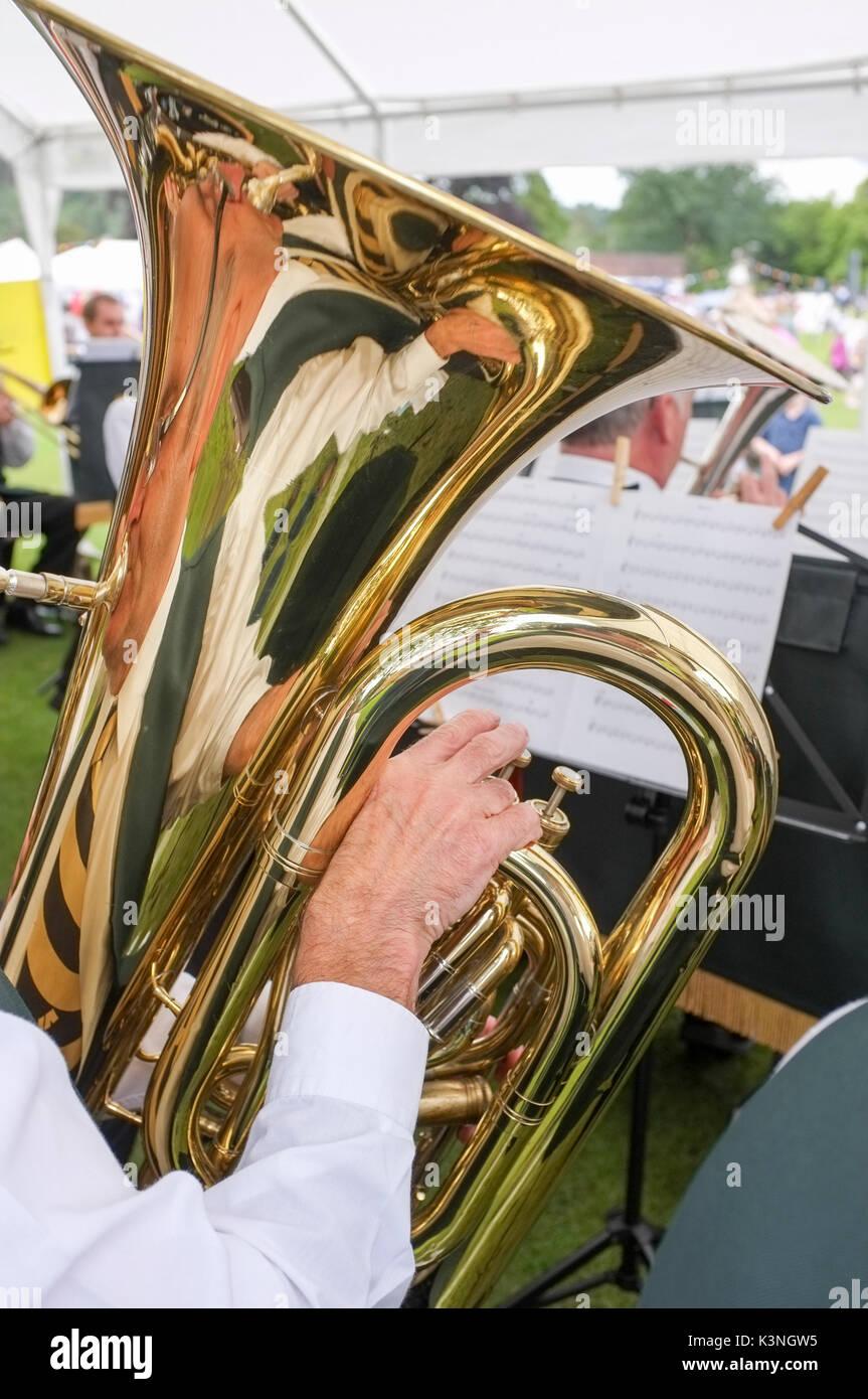 Jouer du tuba dans une fanfare -1 Banque D'Images