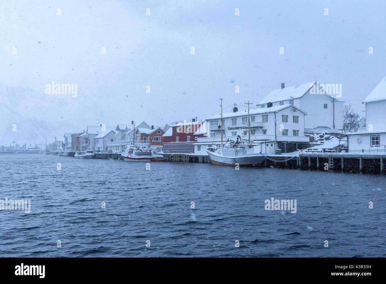 Les fortes chutes de neige sur le typique village de pêcheurs de Henningsvaer Lofoten, Norvège du Nord Europe Photo Stock