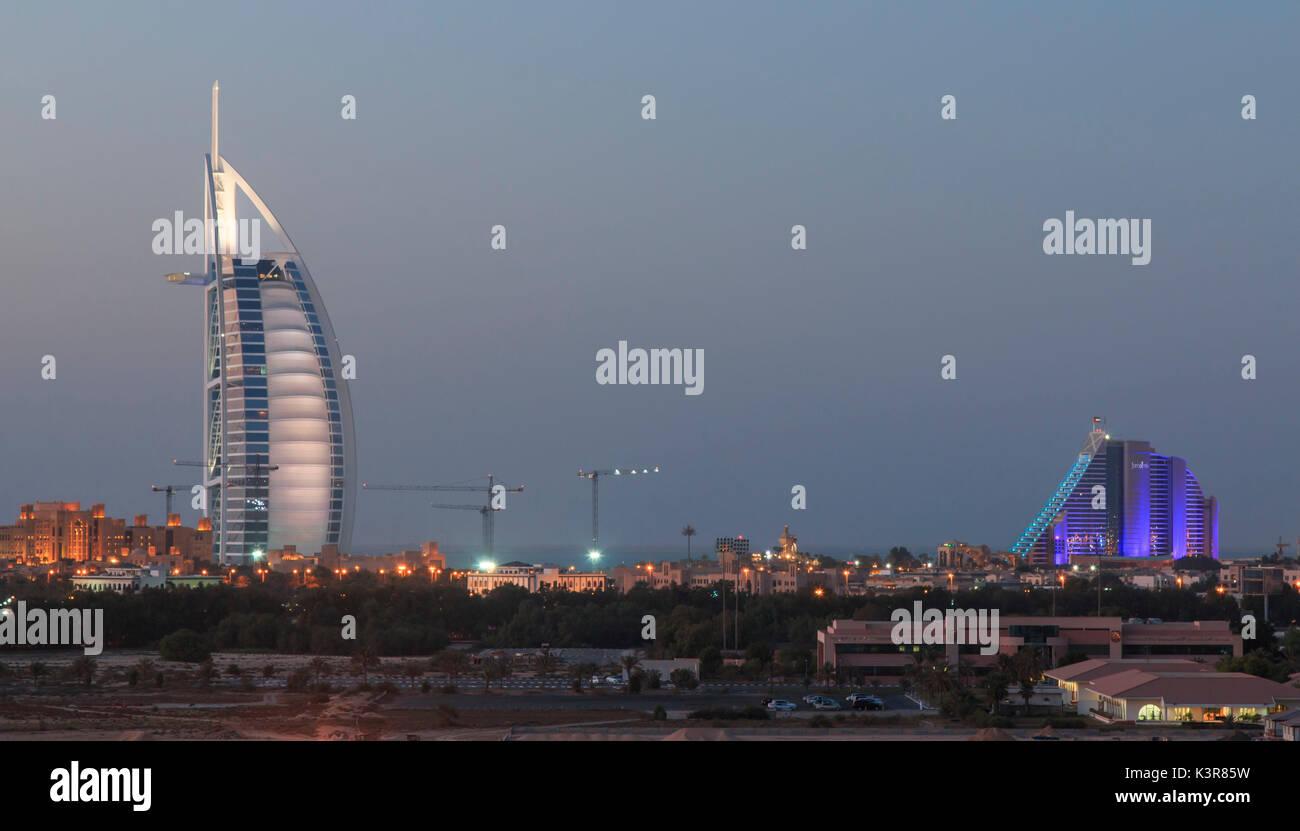 Dubaï, Émirats arabes unis. Une photo de nuit de la plus connue de repère: le Burj Al Arab et Jumeraih Beach Hotel. Banque D'Images