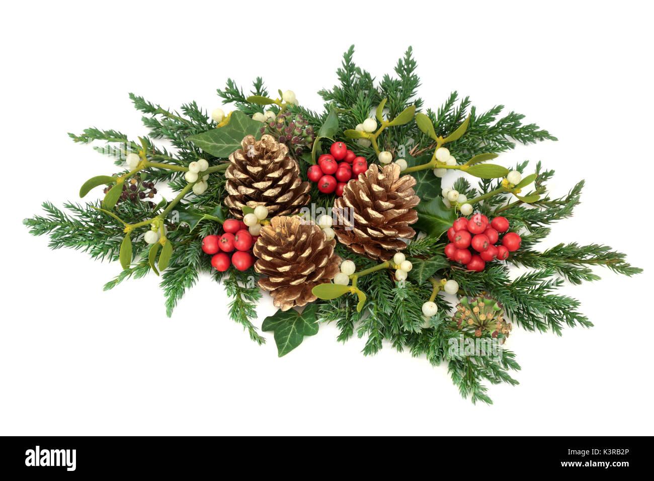 D coration florale de no l avec des pommes de pin d 39 or de houx du gui de c dre et de cypr s - Decoration de noel avec du houx ...