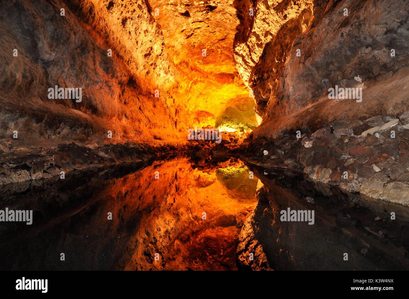Cueva de los Verdes à Lanzarote est une cavité de 1 km de longueur et est le plus spectaculaire dans le cadre d'un tube de lave le long de près de 8 Km. Malgré le nom, il n'y a rien dans cette grotte verte: il s'appelle ainsi parce qu'il y a environ 200 ans il était considéré comme la propriété d'une famille de pasteurs locaux, la Verdes. À ce stade, vous pouvez voir le reflet de la grotte sur un étang d'eau complètement immobile, afin de ne pas être perçu au premier abord. Photo Stock