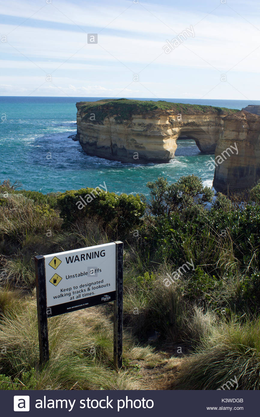 Un panneau de sécurité à bord des falaises instables de wrn à Port Campbell National Park en Australie. Photo Stock