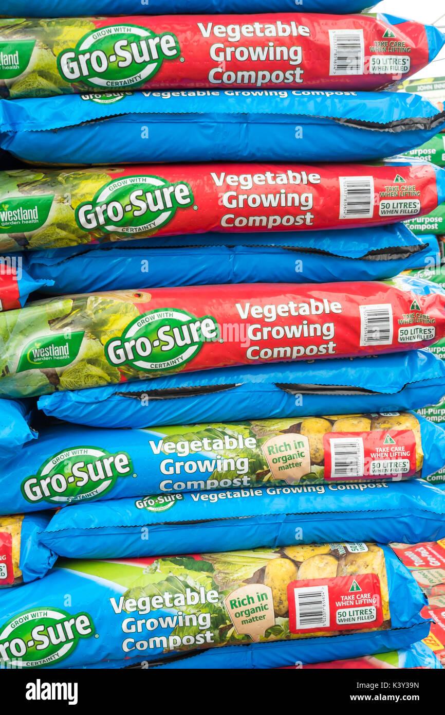 Une pile de très grand croître que de légumes Compost dans un centre de jardinage Photo Stock