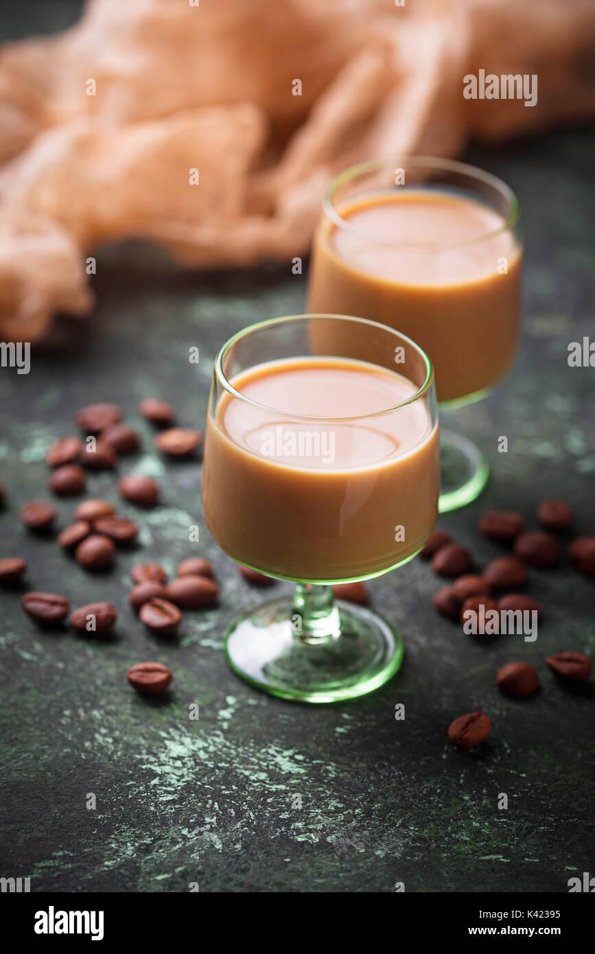 Boisson à la crème irlandaise et les grains de café Photo Stock