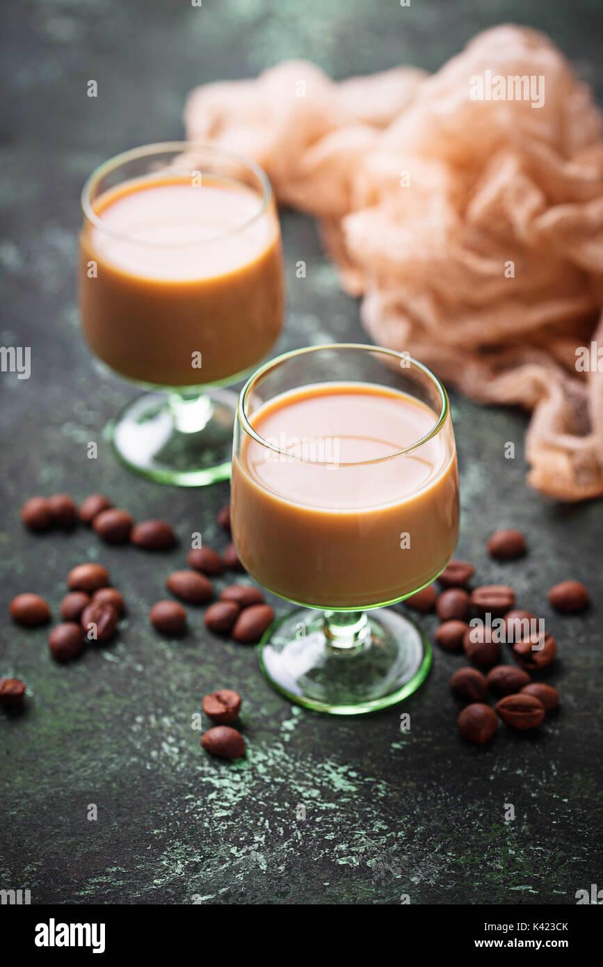 Boisson à la crème irlandaise et les grains de café Banque D'Images