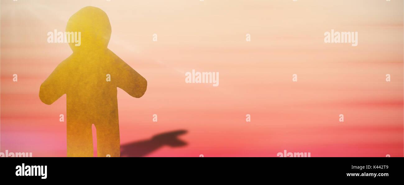 Un peu jaune de l'homme contre l'orange et le jaune fond abstrait Photo Stock