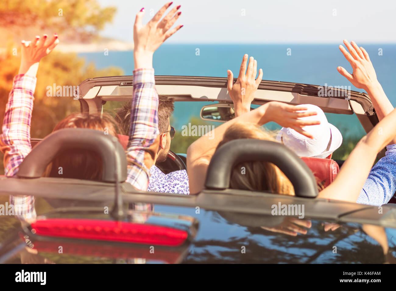 Belle fête ami filles dansant dans une voiture sur la plage heureux Photo Stock