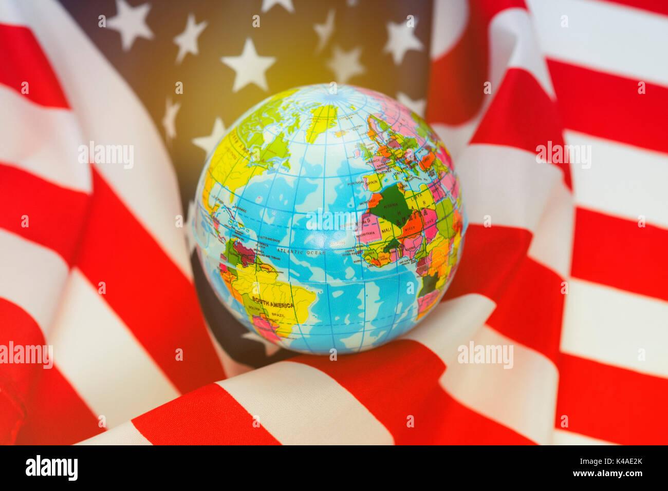 Globe enveloppé dans le drapeau américain, la politique de sécurité des Etats-Unis Photo Stock