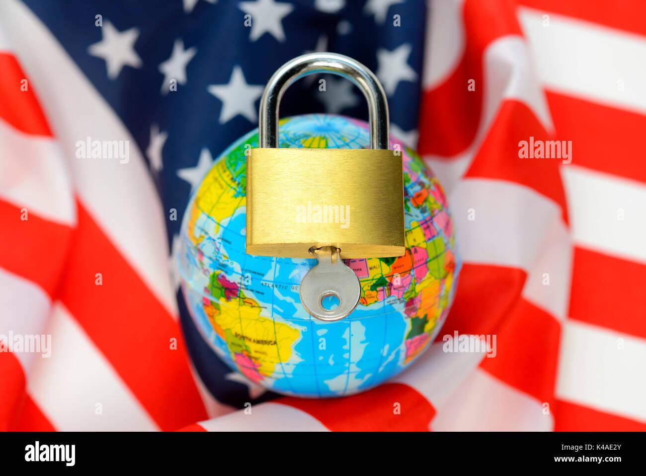 Nous globe enveloppé dans un drapeau et cadenas fermé, la politique de sécurité nous Photo Stock