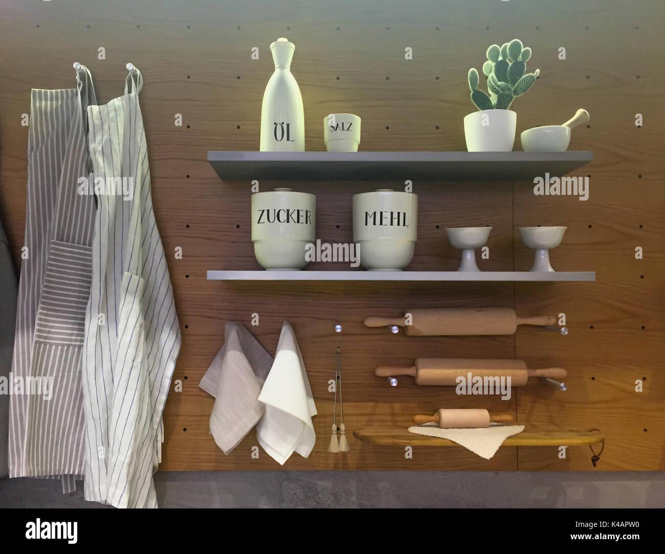 Des Ustensiles De Cuisine Sur La Tablette Et Le Mur L Interieur
