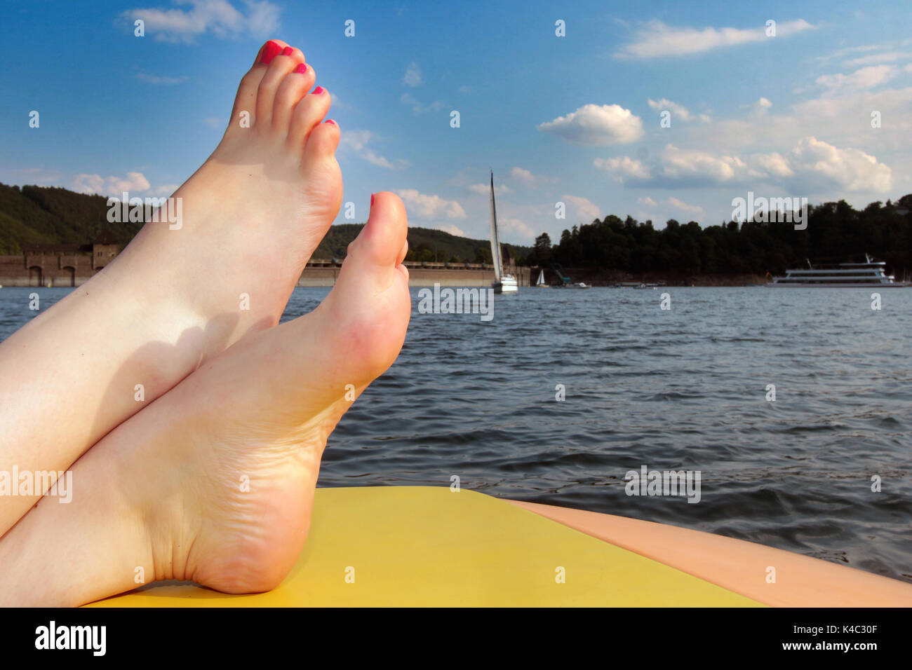 Les pieds nus Woman Relaxing On Edersee Photo Stock