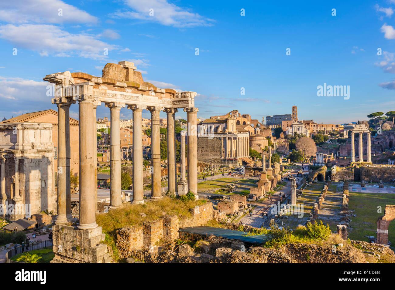 Rome Italie Les colonnes du Temple de Saturne et aperçu des ruines du Forum Romain, Site du patrimoine mondial de Banque D'Images
