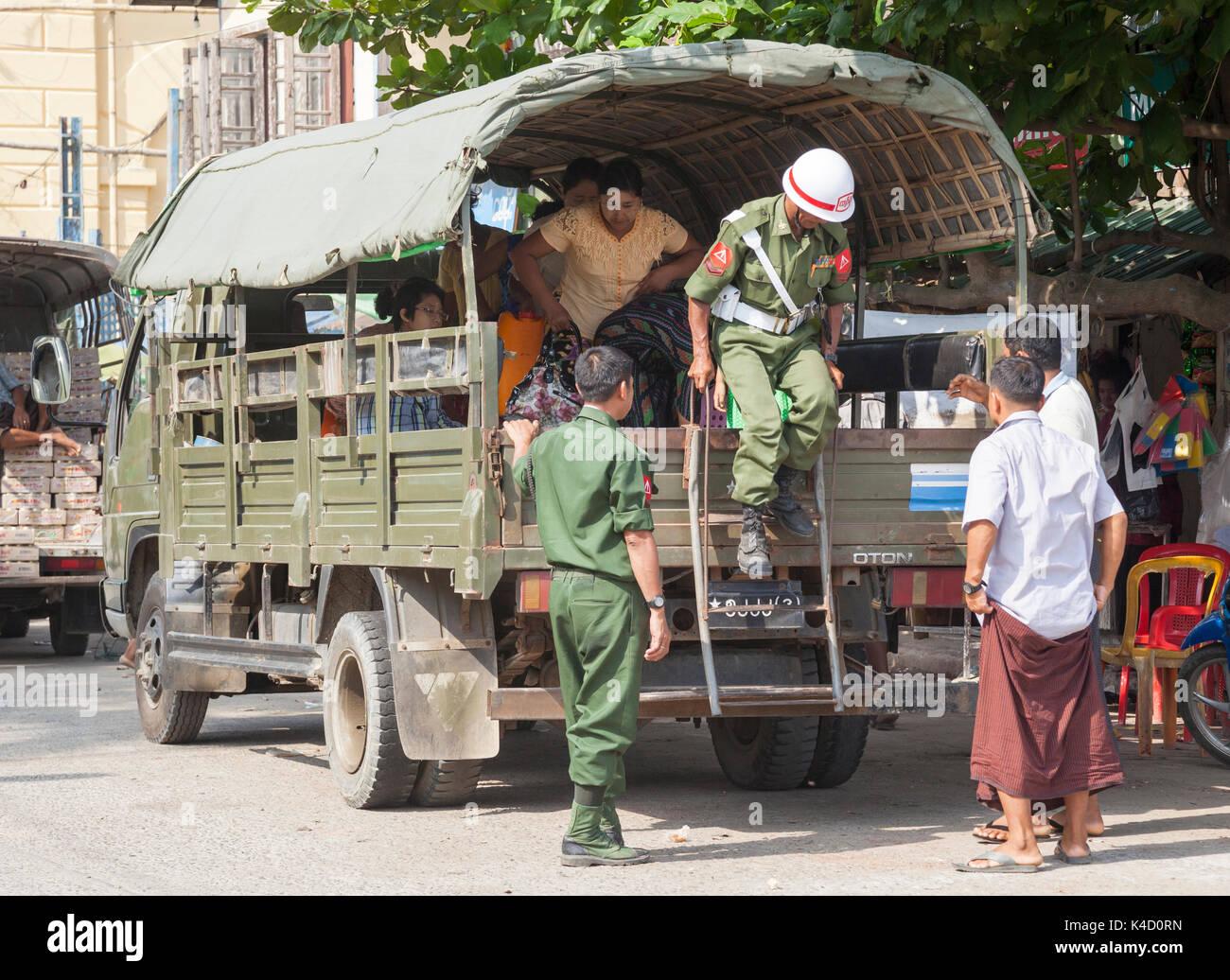 Le Myanmar de la police militaire de l'armée débarque à chariot avec des civils à Sittwe, l'État de Rakhine, au Myanmar Banque D'Images